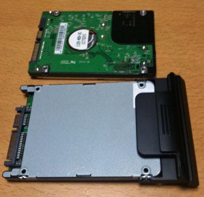 上が元のHDD、下がカバーを付けたSSD
